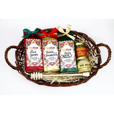 Mini kosz z herbatami, miodami i drewnianą łyżką do miodu